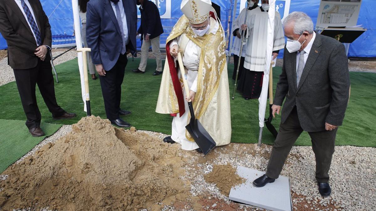 El obispo de Córdoba, Demetrio Fernández, coloca la primera piedra.