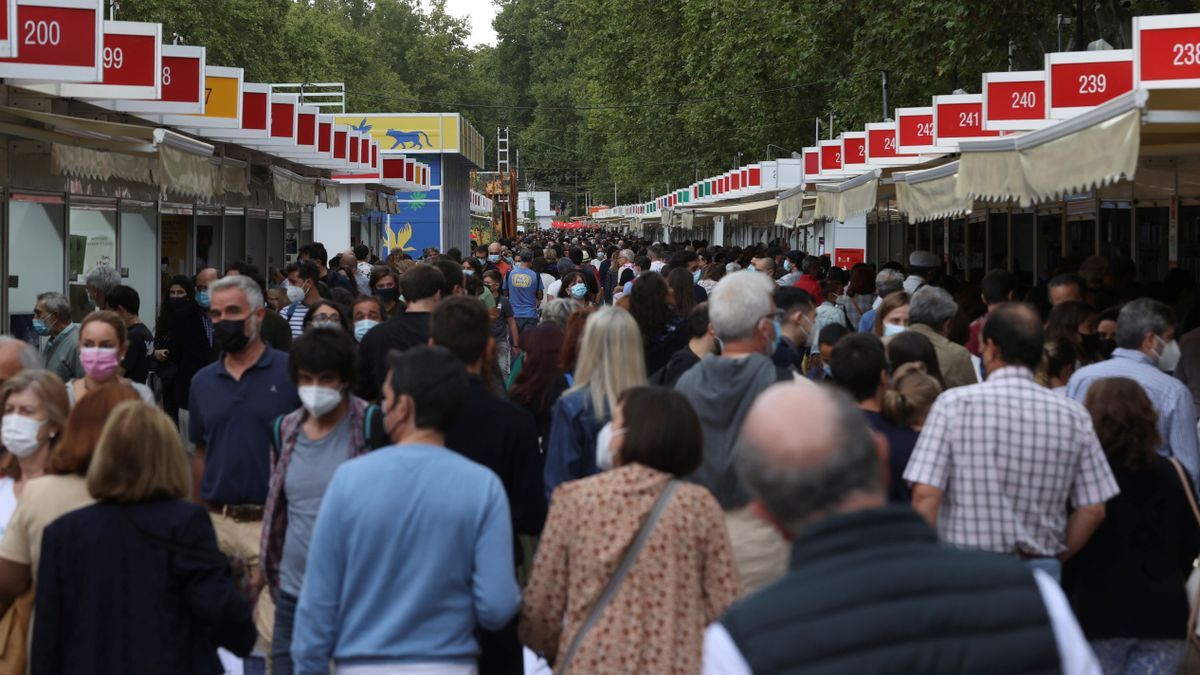 Visitantes en la Feria del Libro de Madrid, en el Paseo de Coches del Retiro