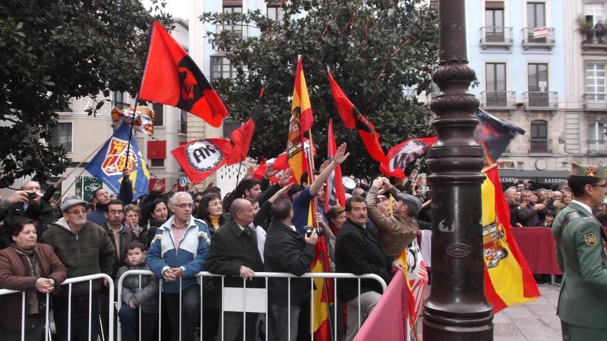 Grupos de extrema derecha se manifiestas a favor de la celebración de La Toma de Granada /Foto: Miguel Gómez