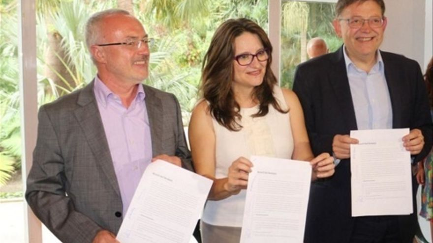 Antonio Montiel, Mónica Oltra y Ximo Puig posan con el 'Acord del Botànic'