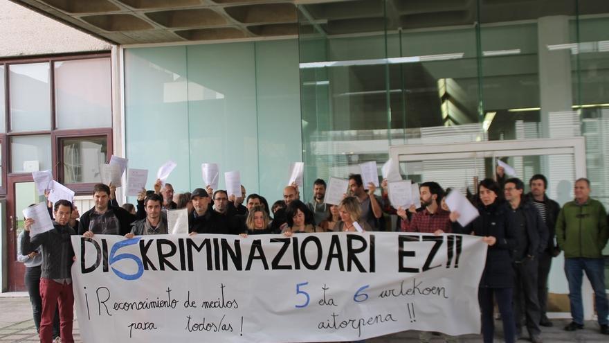 """Profesores de la UPV/EHU se concentran para denunciar la """"discriminación laboral"""" del personal """"no permanente"""""""