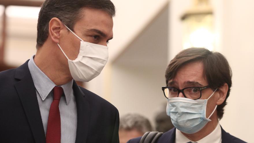 El presidente del Gobierno, Pedro Sánchez (i), y el ministro de Sanidad, Salvador Illa