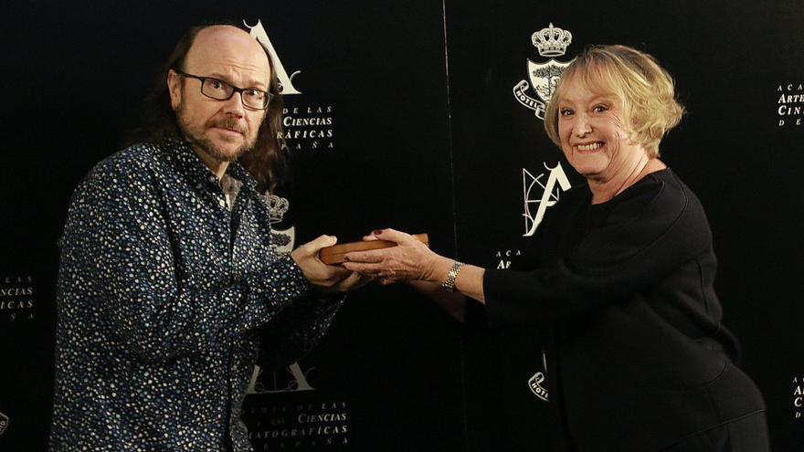 Santiago Segura recibe la Medalla de Oro de la Academia de Cine de manos de Yvonne Blake