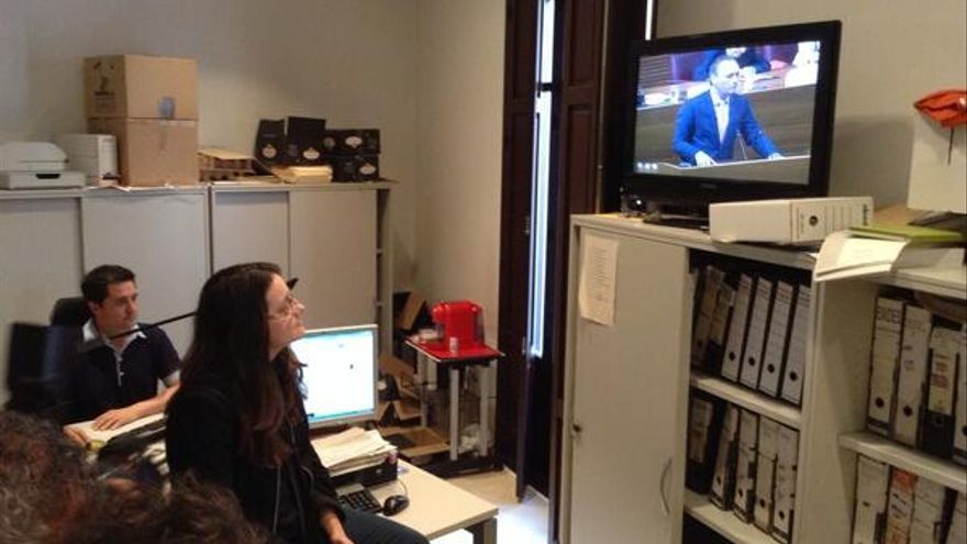Mónica Oltra ha seguido la sesión de las Corts por televisión