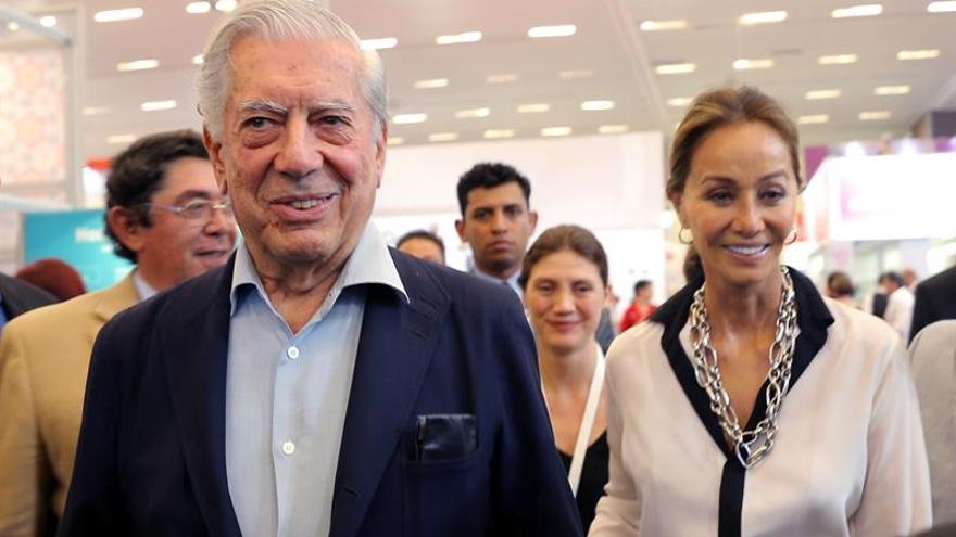 Vargas Llosa e Isabel Preysler visitan los museos de Bilbao