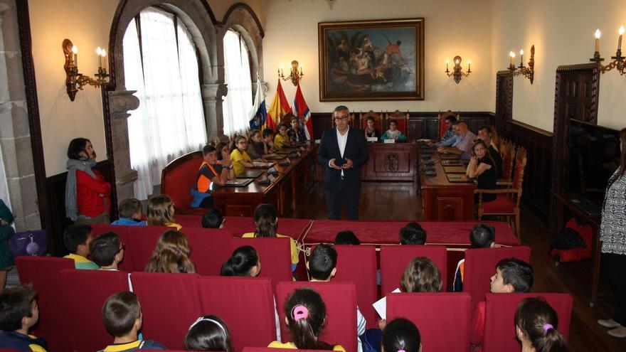 Un momento de la sesión plenaria especial el Ayuntamiento capitalino en la que ha participado del alcalde de Santa Cruz de La Palma, Sergio Matos.
