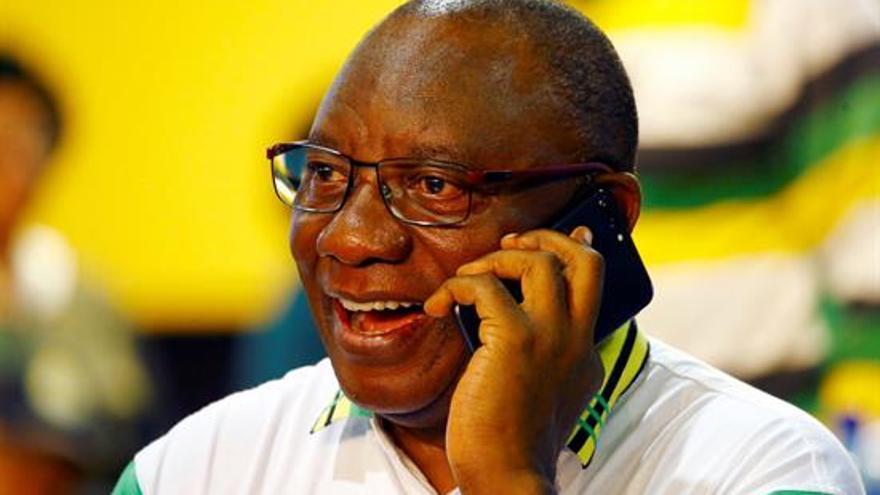 El nuevo líder del partido gobernante, el Congreso Nacional Africano (CNA), Cyril Ramphosa, en el escenario tras proclamarse vencedor de la votación interna, Johannesburgo (Sudáfrica)