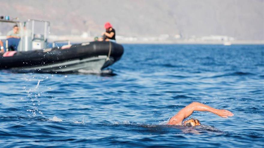 Fotografía facilitada por el Real Club Nautico Tenerife tomada este miércoles del nadador de larga distancia en aguas abiertas Christian Jongeneel, a su salida.