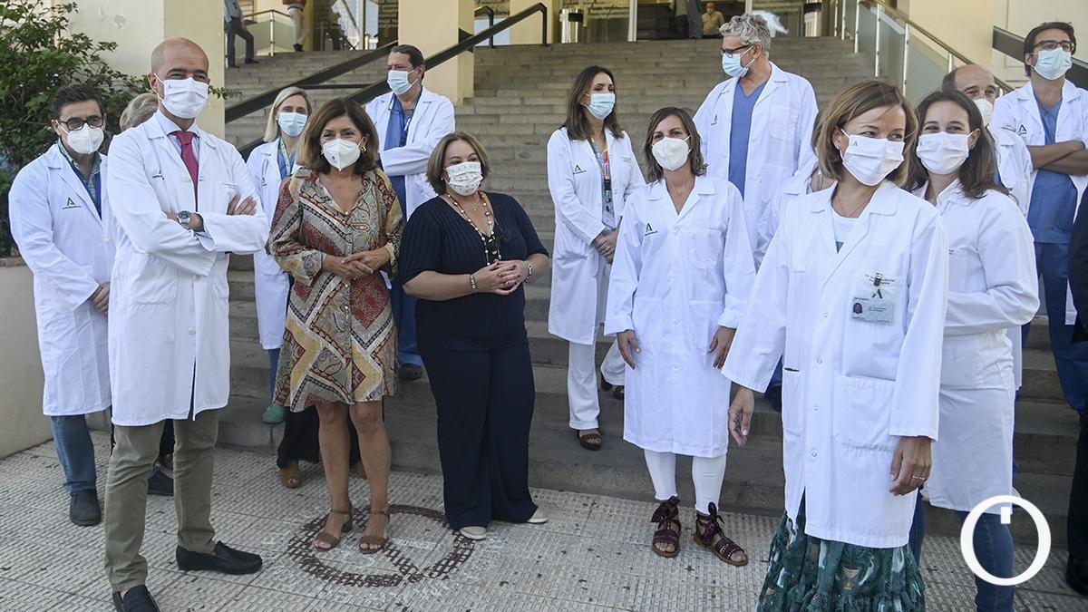 Comisión de robótica a la entrada del Hospital Provincial