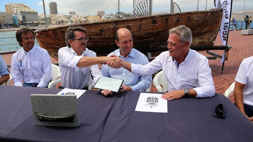Acto de firma del documento de cesión del barquillo 'Juan Frasco' al Club de Vela Latina Benahoare.