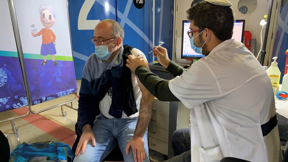 Un hombre es vacunado contra la covid-19 en Jerusalén.