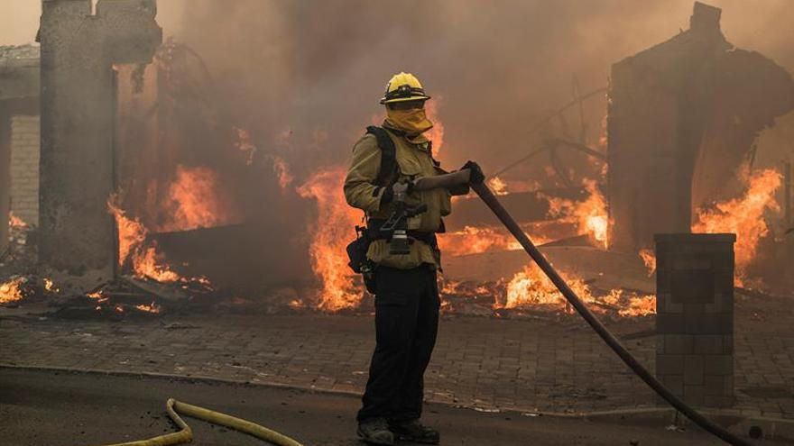 """Muere un bombero en el incendio """"Thomas"""" del sur de California"""