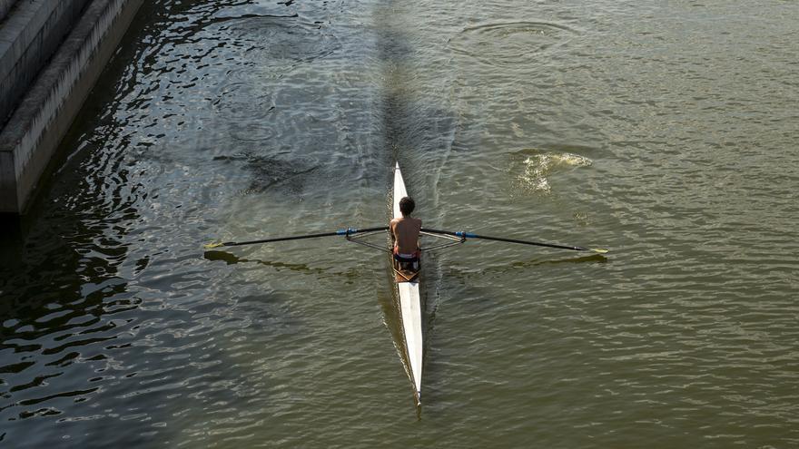 Un remero con su embarcación en el río. / A. M.