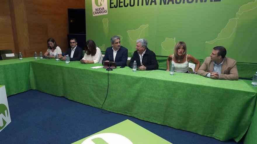 El presidente de Nueva Canarias, Román Rodríguez (4d), los dirigentes de este partido Pedro Quevedo (3d) y Carmen Hernández (5d), entre otros miembros de la Ejecutiva.