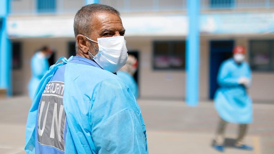 Un trabajador sanitario en uno de los colegios de UNRWA habilitados como clínica en la franja de Gaza