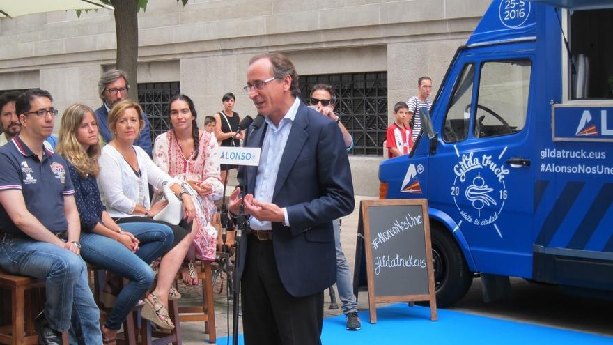 Alfonso Alonso, en el lanzamiento de su gilda-truck para la campaña vasca.