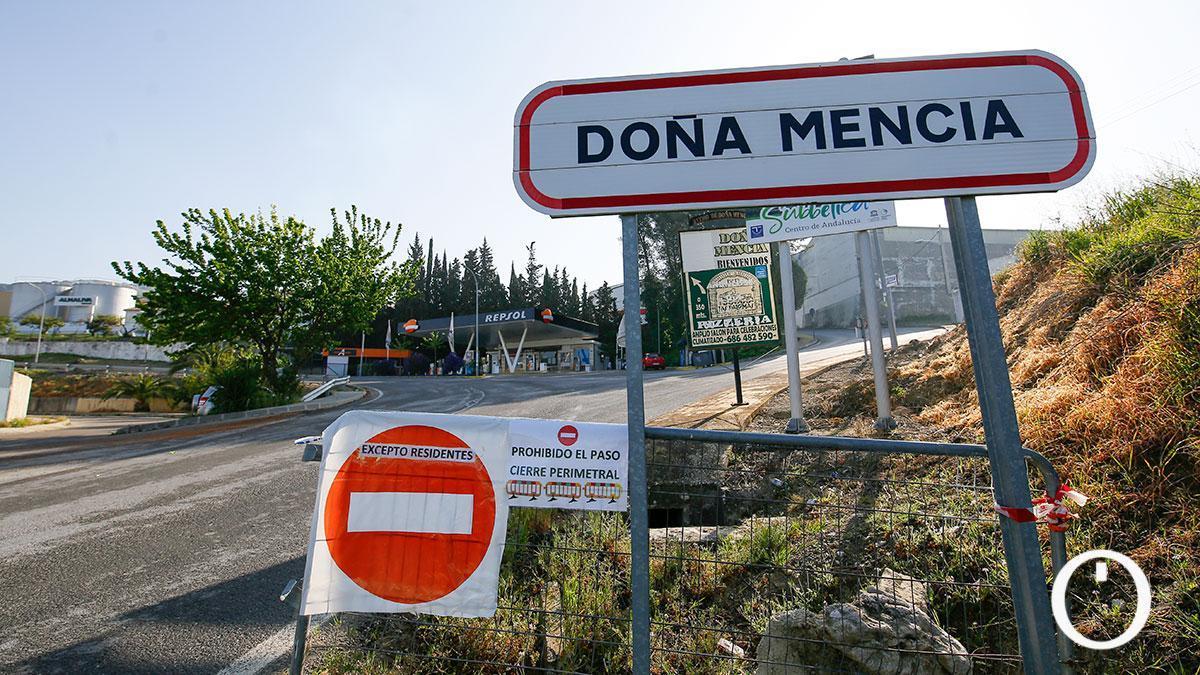 La entrada a Doña Mencía advierte de la prohibición de acceso al pueblo por la pandemia