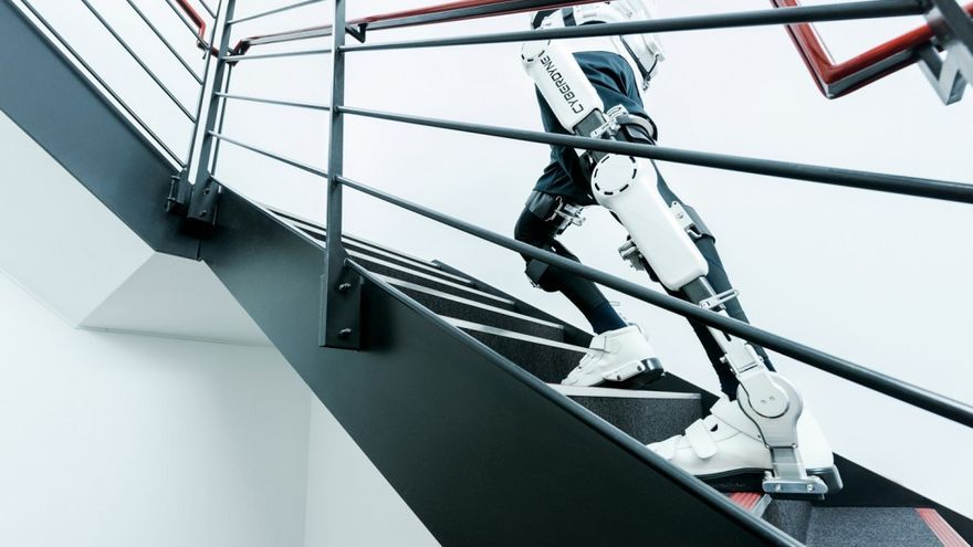 El exoesqueleto japonés HAL sube unas escaleras. / Cyberdyne