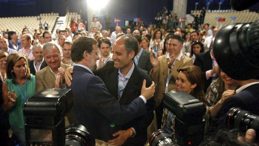 Camps saluda a Rajoy durante la celebracion del XVI Congreso del PP