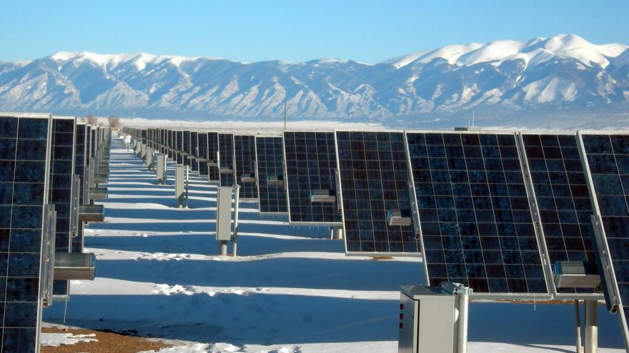 Un campo de paneles solares
