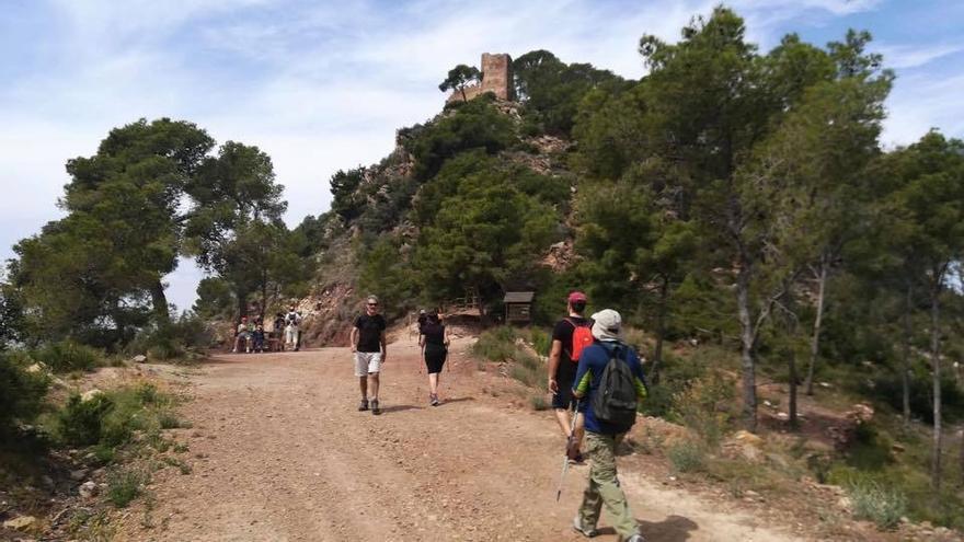 Varias personas haciendo senderismo en la Sierra Calderona.