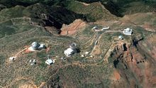Representación artística del Telescopio Solar Europeo en su posible futura ubicación en el Observatorio Roque de Los Muchachos, cerca de los telescopios SST y WHT.