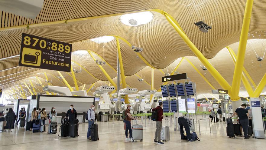 """Ayuso pide a Sánchez exigir PCR a los viajeros procedentes de países afectados y controles """"rigurosos"""" en los vuelos"""