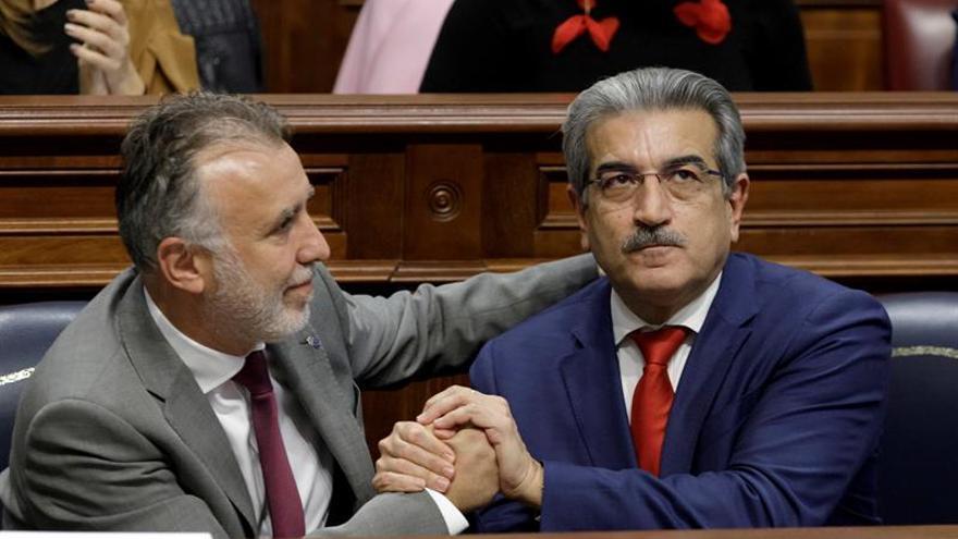 El presidente del Gobierno de Canarias, Ángel Víctor Torres (i) y el consejero de Hacienda, Román Rodríguez,(d).