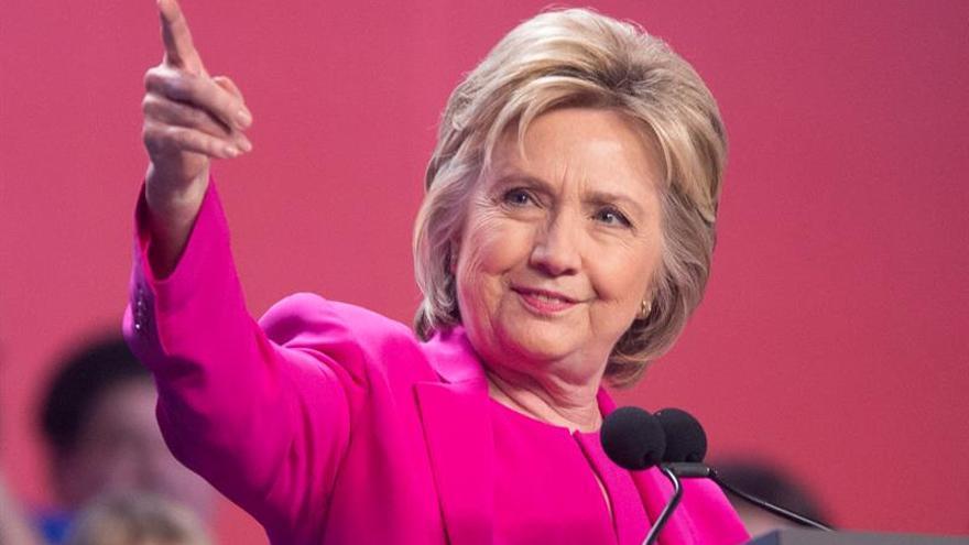 Clinton llama a construir sobre el legado de Obama en su primer mitin juntos