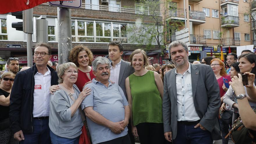 El secretario general de CCOO, Unai Sordo, junto a Tania Sánchez, Íñigo Errejón y los hijos de Marcelino Camacho en la inauguración de un paseo en su nombre.