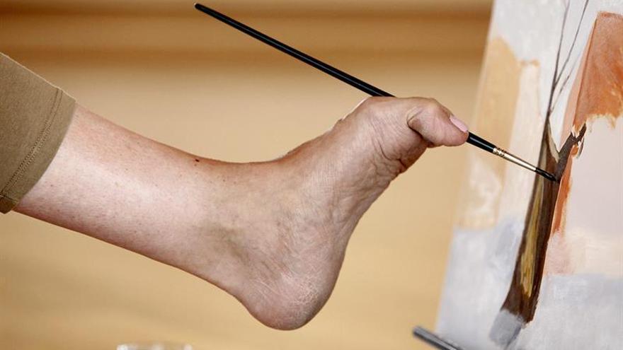 Pintores de 36 países que dibujan con la boca o los pies exponen en Barcelona