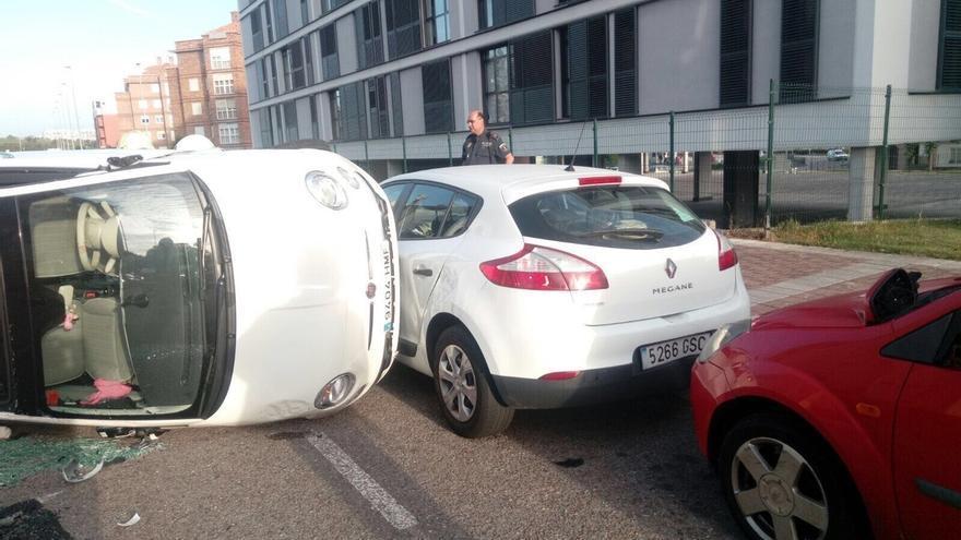 Un coche vuelca en la calle Las Cagigas y colisiona con otros dos sin dejar heridos