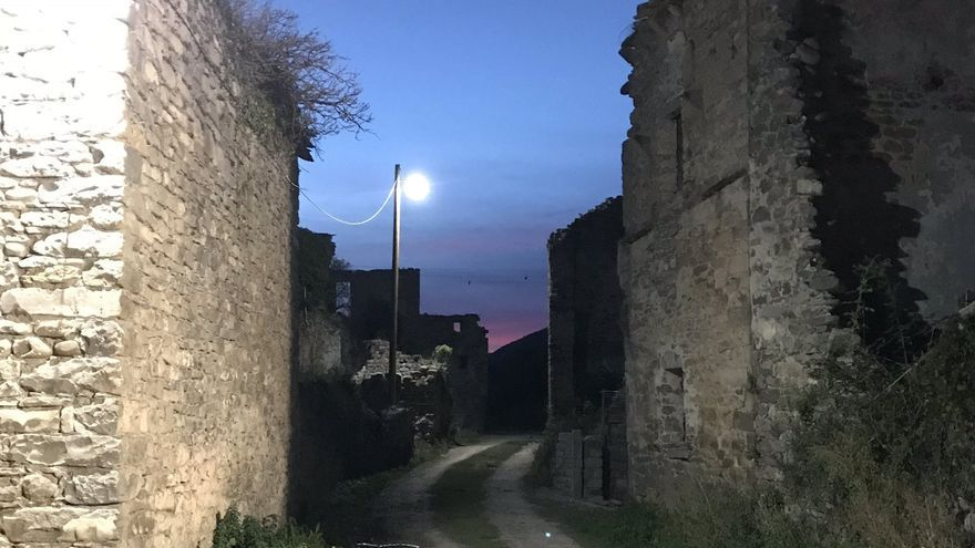 La iluminación de las calles, que comenzó a funcionar en pruebas el pasado fin de semana, se inaugurará oficialmente el próximo, en las fiestas del pueblo