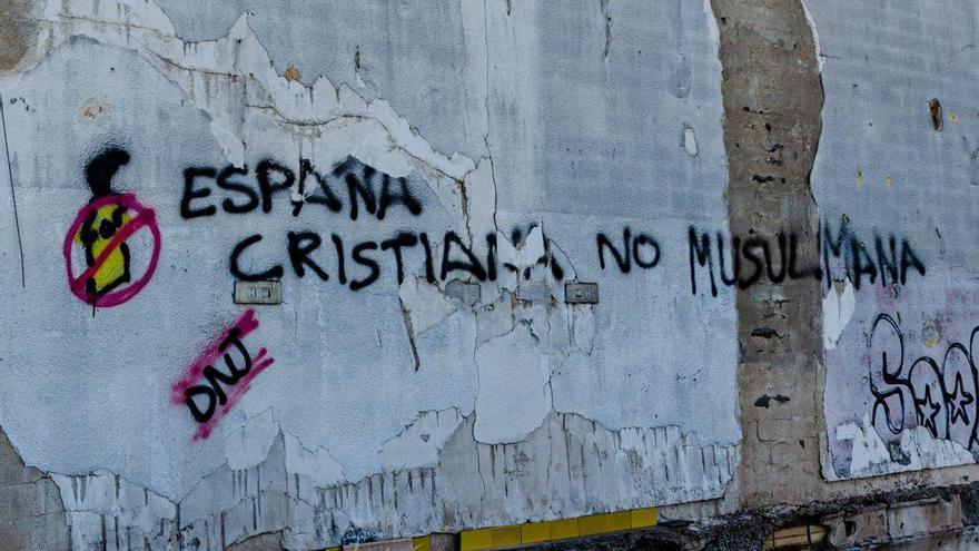 Pintadas en Santa Cruz en contra del centro de `menas´ / CARLOS TRENOR