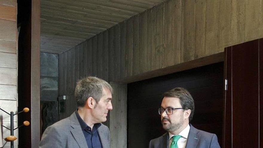 El presidente del Gobierno de Canarias, Fernando Clavijo y el líder del PP en las islas, Asier Antona.