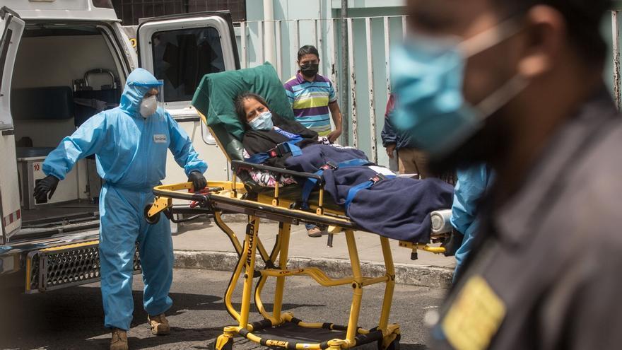 Paramédicos trasladan a un mujer con síntomas de coronavirus al hospital general San Juan de Dios en Ciudad de Guatemala. Guatemala.