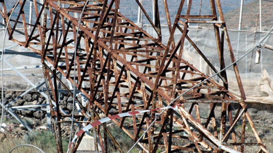 Torres oxidadas por la tormenta tropical 'Delta'