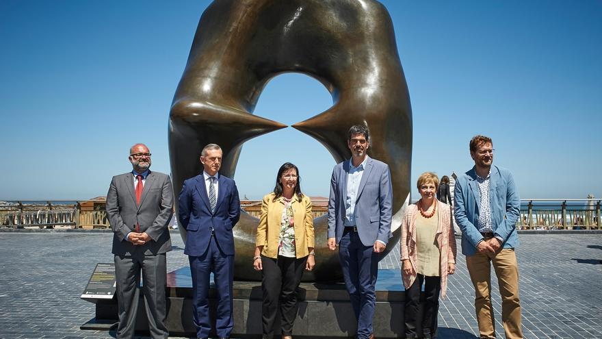 El paseo de La Zurriola de San Sebastián acoge una muestra de esculturas de Henry Moore