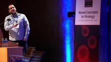El investigador Jason McLellan (Premio Joven Investigador Virología 2019), interviene este miércoles en Barcelona en el Congreso Virus 2020, en el que participan más de 200 virólogos de todo el mundo, donde abordan los avances para conseguir una vacuna universal contra la gripe, coincidiendo con la epidemia del nuevo coronavirus de Wuhan (China) que ha hecho saltar las alarmas sanitarias en todo el mundo.