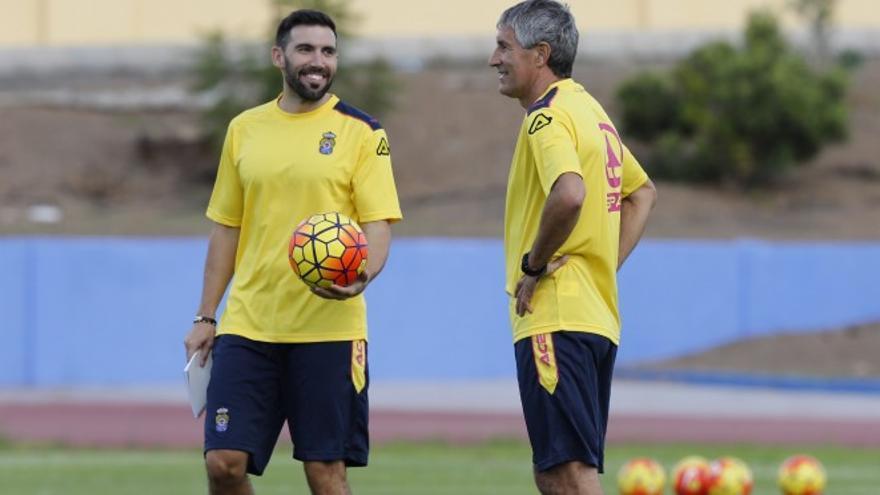 Quique Setién y Eder Sarabia durante un entrenamiento. (página oficial UD Las Palmas)