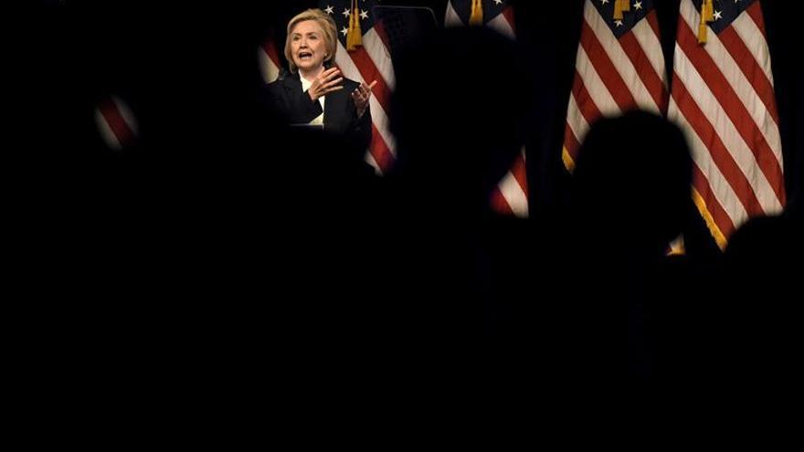 Hillary Clinton defiende un programa económico para beneficiar a la clase media