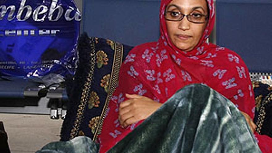 Aminatou Haidar, este lunes en el aeropuerto de Guacimeta, en Lanzarote, donde ha iniciado una huelga de hambre. (ACFI PRESS)