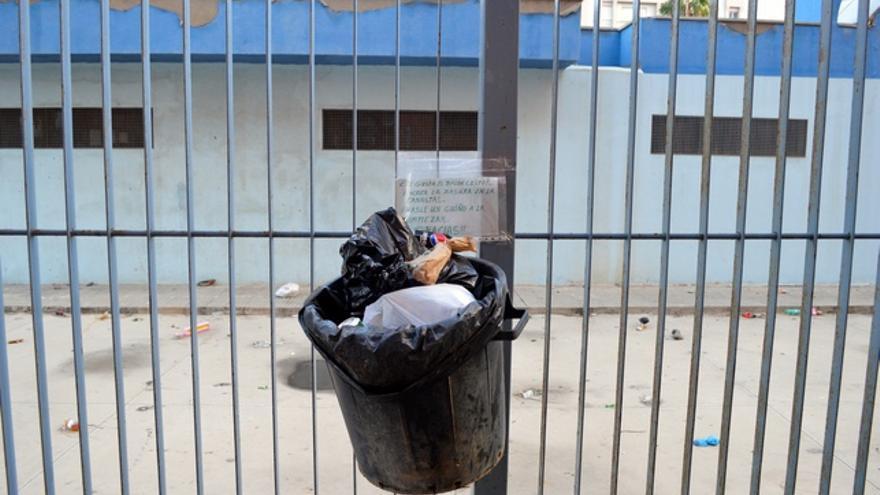 Los vecinos montan sus propias papeleras ya que el barrio apenas cuenta con ellas. FOTO: Iago Otero Paz.