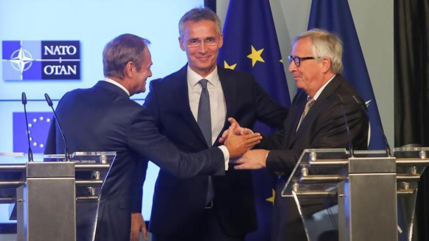 El secretario general de la OTAN, Jens Stoltenberg (c), el presidente del Consejo de la Unión Europea, Donald Tusk (i), y el presidente de la Comisión de la Unión Europea, Jean-Claude Juncker.