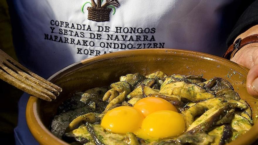 Un plato a base de hongos y setas.