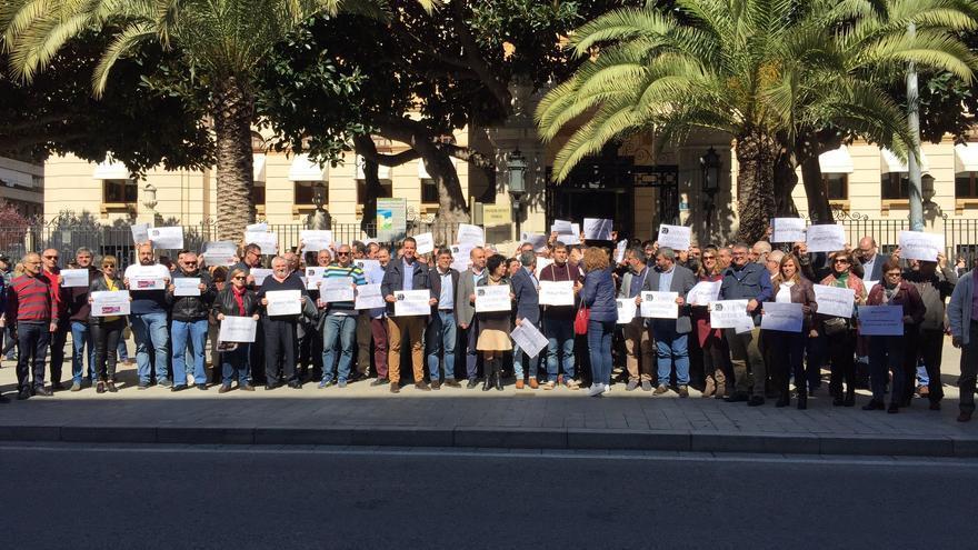 Algunos de los alcaldes y concejales alicantinos reunidos frente a la Diputación