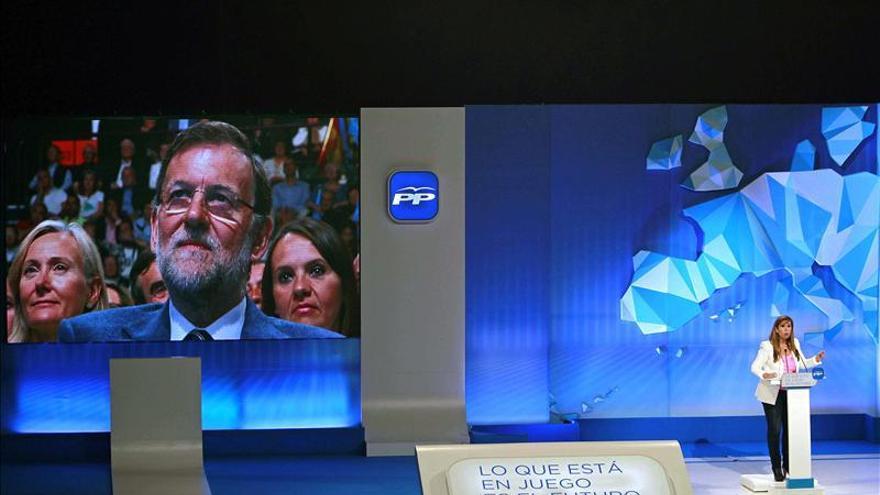 En un mitin del PP en Barcelona, Rajoy vigila desde el plasma.