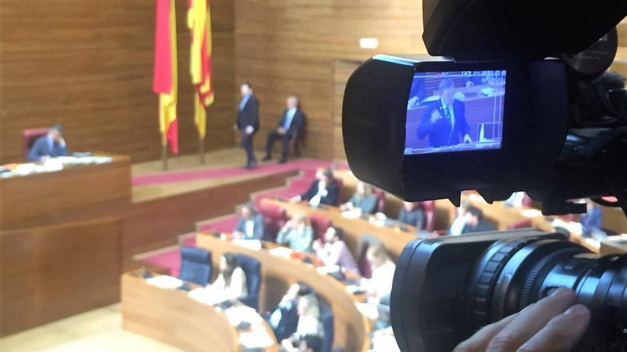 Una cámara enfoca al president Ximo Puig mientras interviene en las Corts