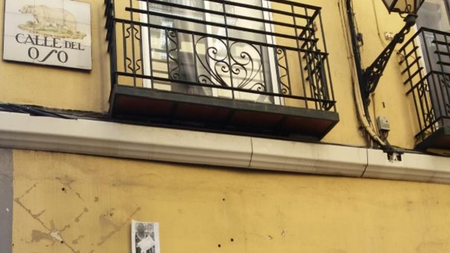 Imagen de una pared de la calle del Oso este miércoles, en la que había sido colocada la placa en recuerdo de Mame Mbaye.