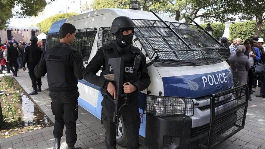Tres militares muertos y 15 heridos en un tiroteo en un cuartel en Túnez